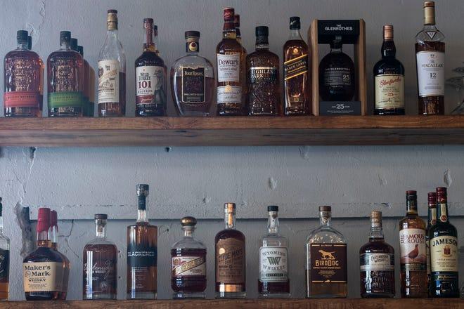 Pickled Bar, un restaurante del centro de Fort Pierce que abrió el 23 de diciembre y dirigido por el chef Jason Alfonso y su esposa Hallie Thomas, se especializa en varios tipos de cócteles y bourbons artesanales.